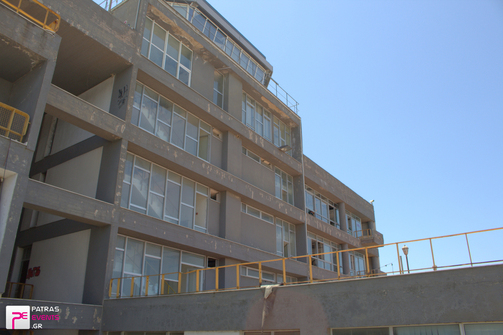 Πάτρα: Κι όμως μένουν ακόμα μετανάστες στο παλαιό κτίριο υπηρεσιών λιμένα