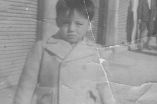 Πάτρα 1950 - Ο τότε μικρός Θάνος Μικρούτσικος, ποζάρει στον φακό!