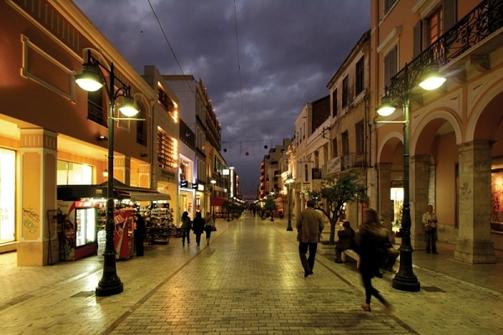 Πάτρα: Ι.Χ. 'κατεβαίνει φουριόζο' τον πεζόδρομο της Αγίου Νικολάου (video)