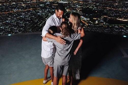 Ο Ρίο Φέρντιναντ έκανε πρόταση γάμου στην αγαπημένη του παρουσία των τριών παιδιών του (φωτο)