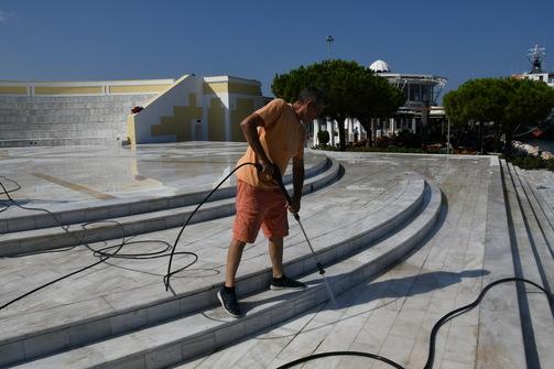 Πάτρα: Συνεργεία του Δήμου προχωρούν σε εργασίες στο Θεατράκι της Μαρίνας (pics)