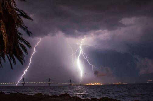 Μαγικό κλικ: Όταν η Γέφυρα Ρίου - Αντιρρίου «φωταγωγείται» από τους κεραυνούς