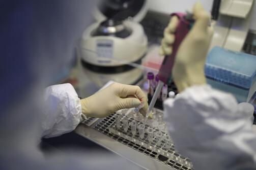 Έλληνες ερευνητές πιο κοντά στη δημιουργία οικονομικού τεστ για την Covid-19