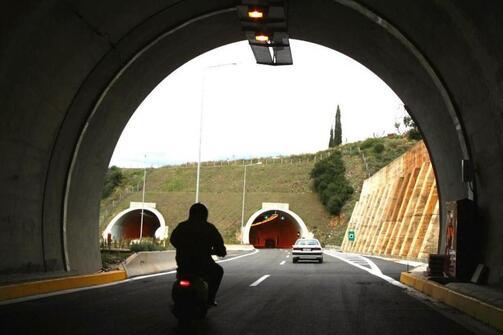 Πάτρα: Αυτοκίνητο προσέκρουσε σε μπάρες στην Περιμετρική