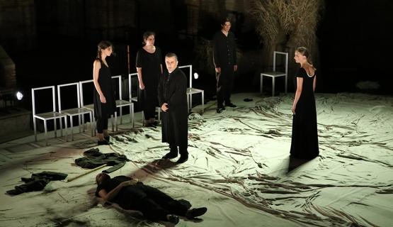 Έντεκα ηθοποιοί αφηγήθηκαν το μύθο του «Οιδίποδα» - Κατάμεστο το Ρωμαϊκό Ωδείο (φωτο)
