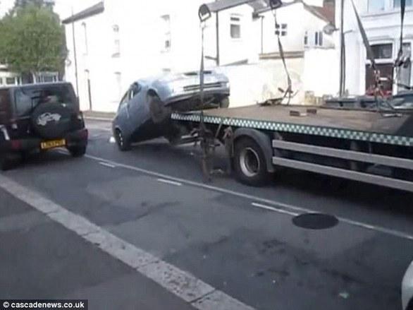 """""""Έκλεψε"""" το αυτοκίνητό του... από τον γερανό που προσπαθούσε να το απομακρύνει (pics+video)"""