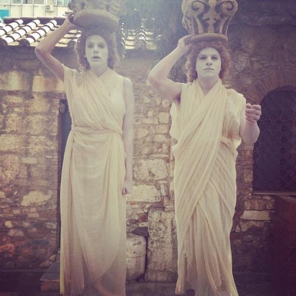 O Κώστας Δόξας και η Σάσα Σταμάτη ντύθηκαν... Καρυάτιδες (pic)