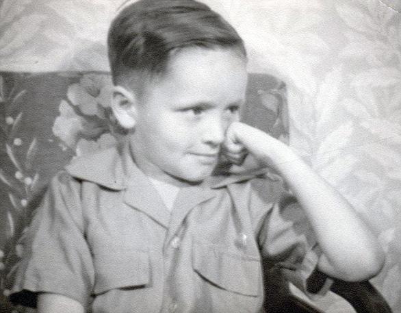 Ο Τσαρλς Μάιλς Μάντοξ γεννιέται στις 12 Νοεμβρίου 1934 στο Σινσινάτι του Οχάιο ως καρπός της 16χρονης αλκοολικής ιερόδουλης Καθλίν Μάντοξ, ερχόμενος στον κόσμο με τη μοίρα του να έχει λες σφραγιστεί: η ανήλικη μητέρα, που δεν γνώριζε την ταυτότητα του βιολογικού πατέρα του παιδιού της, παντρεύεται άλλον έναν μέθυσο, κάποιον Ουίλιαμ Μάνσον, από τον οποίο κληρονόμησε ο μικρός το επίθετο στο σύντομο του κοινού τους βίου.   Αφού η μητέρα αντάλλαξε το παιδί για ένα λαχταριστό ποτήρι μπίρας(!) και προσπάθησε να το εγκαταλείψει όπου μπορούσε, σε οικοτροφεία, πτωχοκομεία, άσυλα και κοινωνικές υπηρεσίες, ανέλαβε τον πρώτο λόγο η μοίρα, ωθώντας τον Μάνσον να κάνει το έγκλημα από πολύ μικρός και να περάσει έτσι τη νιότη του στο αναμορφωτήριο, απαλλάσσοντας ως διά μαγείας τη μητέρα του από το βάρος της ύπαρξής του.