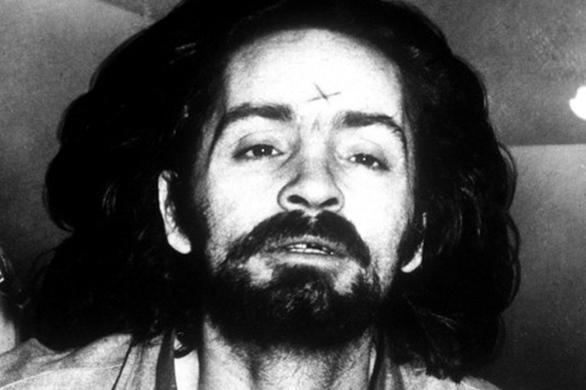 Από το 1958 και μετά, η καριέρα του ως κακοποιός εκτοξεύτηκε ανοιγόμενη πια σε νέους ορίζοντες: μετακόμισε στο Λος Άντζελες, έγινε προαγωγός, κλεπταποδόχος, απαγωγέας και άλλα πολλά και κατέληξε φυσικά στο άψε-σβήσε στην μπουζού: εκεί θα περάσει τα επόμενα 8 χρόνια (1959-1967), 8 καθοριστικότατα χρόνια που θα κατέληγαν να διαμορφώσουν τον πνευματικό αρχηγό της φρικιαστικής «Οικογένειας», τον εγκέφαλο της σφαγής των σταρ και τον αιμοσταγή εγκέφαλο της σπείρας των serial killers…