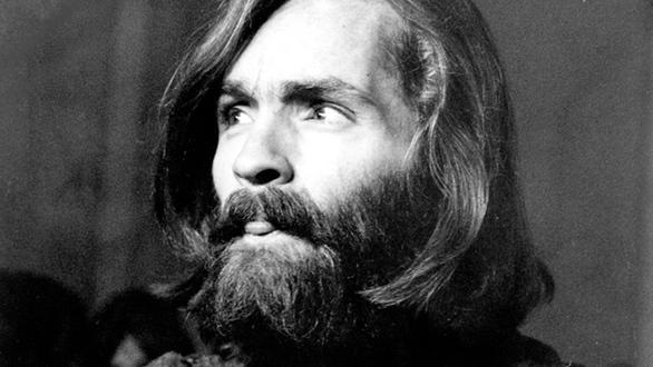 Ήταν τον Αύγουστο του 1969 όταν μια σειρά από φόνους στο Λος Άντζελες σόκαραν την αμερικανική κοινωνία αλλά και την ελευθεριακή κουλτούρα της δεκαετίας του '60. Η σκληροπυρηνική σέχτα του Μάνσον έβαλε στο στόχαστρο τους «πλούσιους και ωραίους» της ελίτ του κόσμου του θεάματος, φέρνοντας μακελειό στη χολιγουντιανή επικράτεια.   Τα πρώτα θύματα, στις 9 Αυγούστου 1969, ήταν οι 5 καλεσμένοι στην οικία του Ρομάν Πολάνσκι στο Μπέβερλι Χιλς, μεταξύ των οποίων και η 7 μηνών έγκυος σύζυγος του γαλλο-πολωνού σκηνοθέτη, η καλλονή Σάρον Τέιτ. Ο σκηνοθέτης έλειπε στο Λονδίνο για τα γυρίσματα της νέας του ταινίας. Το έγκλημα ήταν ιδιαιτέρως ειδεχθές.