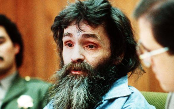 Οι Ρομάν Πολάνσκι, Πίτερ Σέλερς, Γιουλ Μπρίνερ και Γουόρεν Μπίτι είχαν μάλιστα προσφέρει αμοιβή 25.000 δολαρίων για οποιαδήποτε έγκυρη πληροφορία θα οδηγούσε «στη σύλληψη του δολοφόνου της Σάρον Τέιτ, του αγέννητου παιδιού της και των υπόλοιπων θυμάτων».