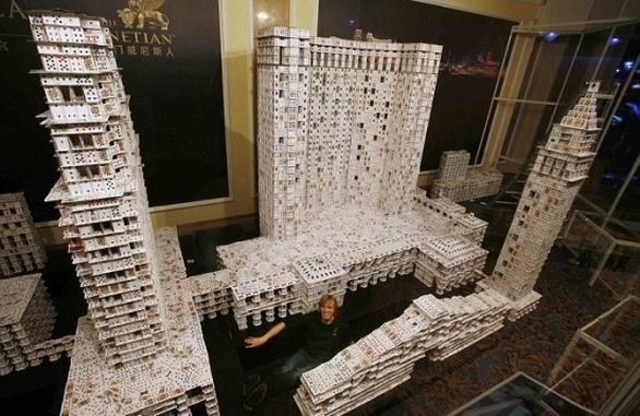 Απίστευτο - Ένα ξενοδοχείο-καζίνο από 218.792 τραπουλόχαρτα! (pics+video)