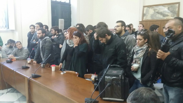 Πανεπιστήμιο Αθηνών: Ένταση προκάλεσαν φοιτητές όταν κλείδωσαν μέσα τον πρύτανη και τη Σύγκλητο (pics+video)