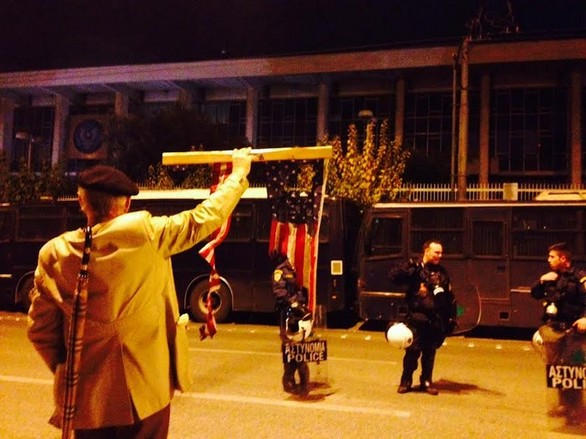 Καρέ - καρέ η πορεία στο κέντρο της Αθήνας για το Πολυτεχνείο - Επεισόδια κοντά στην Αμερικάνικη Πρεσβεία (pics+video)