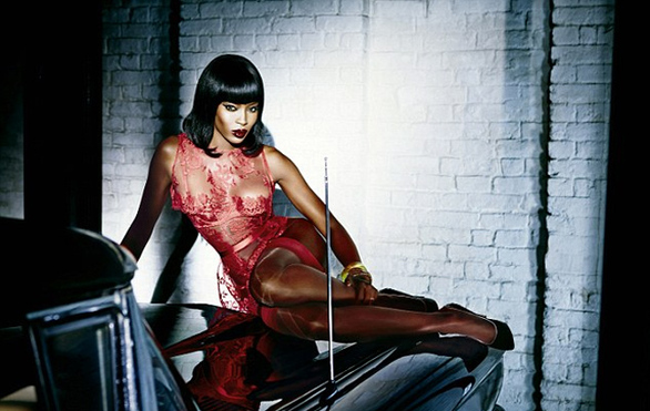 Η Naomi Campbell μας... κολάζει με ζαρτιέρες και μαστίγιο (pics)
