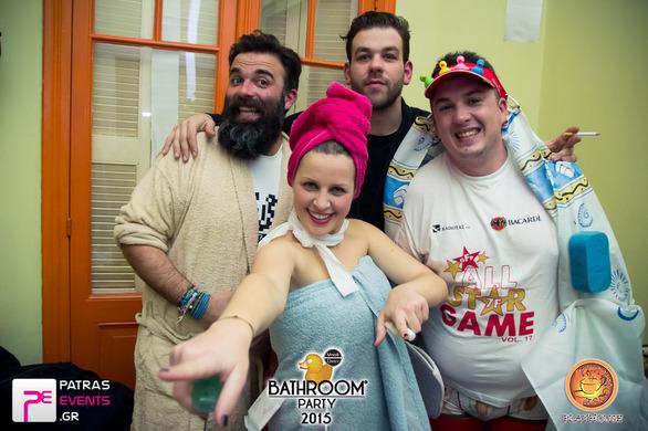 Όπως βγήκαν από το μπάνιο τους, στο Playhouse για ένα bathroom party!