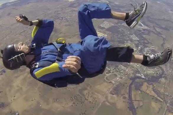 Ερασιτέχνης αλεξιπτωτιστής έπαθε κρίση επιληψίας και λιποθύμησε στα 9.000 πόδια (pics+video)