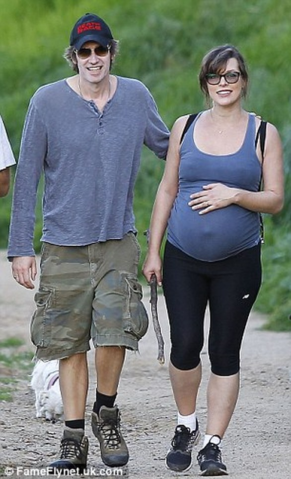 Η Milla Jovovich πάει για πεζοπορία με τη φουσκωμένη της κοιλίτσα (pics)