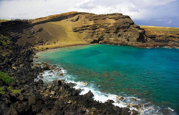 Το ορυκτό olivine, το οποίο προήλθε από την επαφή της λάβας με τη θάλλασα, έδωσε το χαρακτηριστικό πράσινο χρώμα στην παραλία.