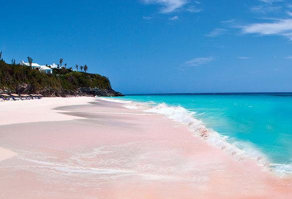 Ρομαντική και ειδυλλιακή η ροζ παραλία είναι γεμάτη από άκρη σε άκρη με απομεινάρια κοραλλιών.