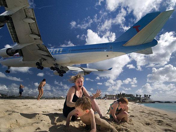 Την ώρα που οι ταξιδιώτες λιάζονται, βλέπουν πάνω από τα κεφάλια τους να περνούν αεροπλάνα. Η Maho θα μπορούσε να είναι διάδρομος προσγείωσης, καθώς τα αεροσκάφη σχεδόν αγγίζουν το έδαφος.