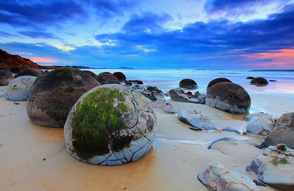 Οι ογκόλιθοι σε αυτή την παραλία είναι μπάλες ιζηματογενούς πετρώματος και θυμίζουν αυγά δεινοσαύρων.