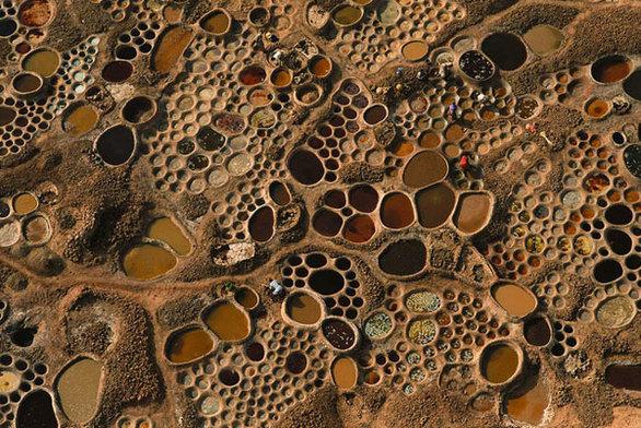 Οι περίεργες πολύχρωμες αλυκές της ερήμου! (pics)