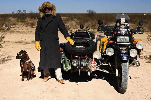 Ταξιδεύει 10 χρόνια ακατάπαυστα με μοναδική παρέα τον σκύλο του (pics)