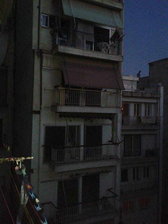 Πάτρα: Μπαλκόνια και στέγες που γειτνιάζουν με καρδιές που ολοένα... απομακρύνονται