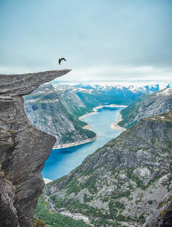 Πάει στην άκρη του βράχου και κάνει ακροβατικά! (pics)