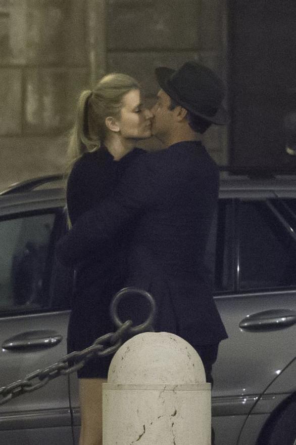 Τα ''καυτά'' φιλιά του Τζουντ Λο με τη σύντροφό του (pics)