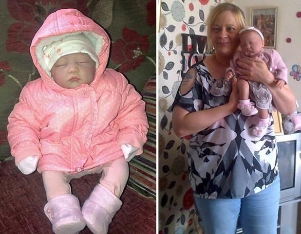 Αυτή η γυναίκα μεγαλώνει τις κούκλες σαν κανονικά μωρά (pics)