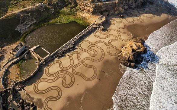 Η ιστορία του 44χρονου που παράτησε τη δουλειά του και κάνει την παραλία... πίνακα (pics)