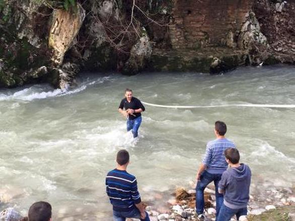 Αχαΐα: Βούτηξε με τα... ρούχα, στον παγωμένο Ερύμανθο, για να πιάσει το σταυρό (pics)