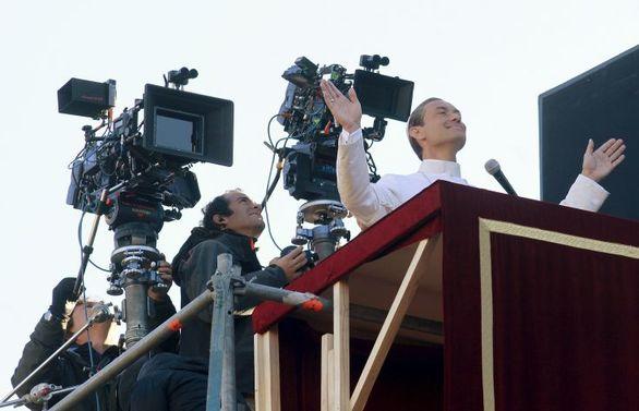 Ο Jude Law σε ρόλο… Πάπα (pics)