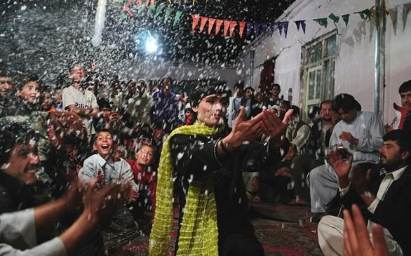 ''Bacha bazi'': Το ''έθιμο'' που θέλει νεαρά αγόρια του Αφγανιστάν να κακοποιούνται από ηλικιωμένους (pics)