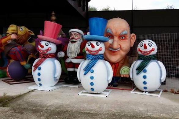 """Πάτρα: Χιονάνθρωποι και κατασκευές για τα Χριστούγεννα έμειναν """"παροπλισμένα"""" (pics)"""