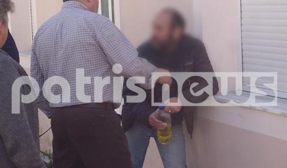 Λεχαινά: Άνδρας απειλούσε να αυτοπυρποληθεί έξω από το Δημαρχείο (pics)