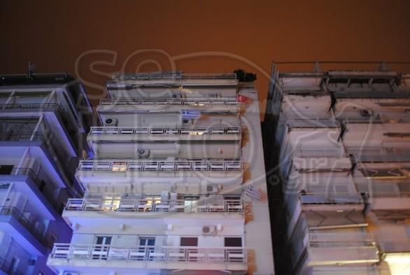 Παραμονή Εθνικής Επετείου και ύψωσε τουρκική σημαία στο μπαλκόνι του (pics)