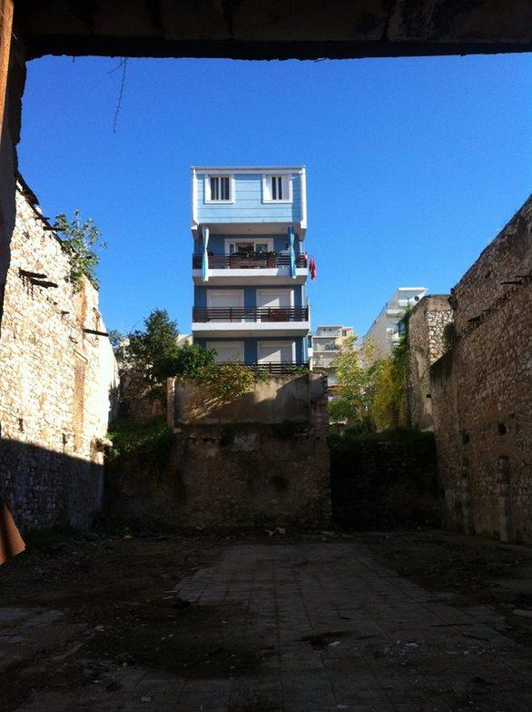 Το κτίριο της Πάτρας που βρίσκεται στη… «Biennale Αυθαιρέτων» (pics)