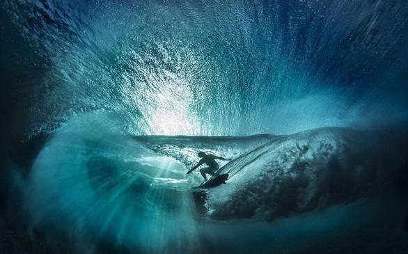 Μοναδικές εικόνες από σέρφερ μέσα στην θάλασσα (pics+video)