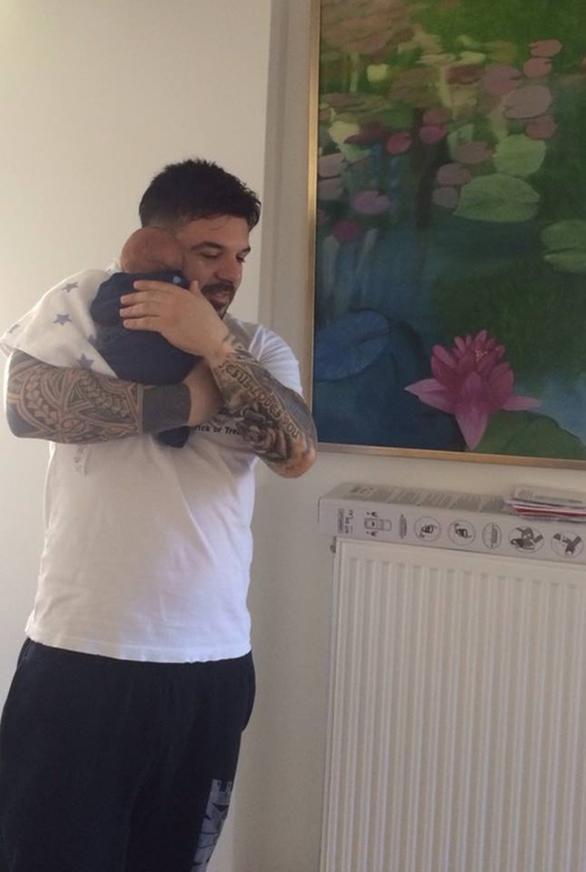 Δείτε τον Τριαντάφυλλο αγκαλιά με τον γιο του (pic)