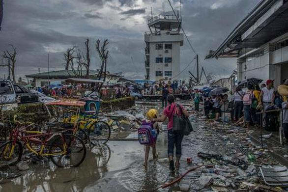 Επιζώντες του τυφώνα Χαγιάν στις Φιλιππίνες συγκεντρώνονται στο αεροδρόμιο του Τακλομπάν, Νοέμβριος 2013 ©Yann Libessart/MSF