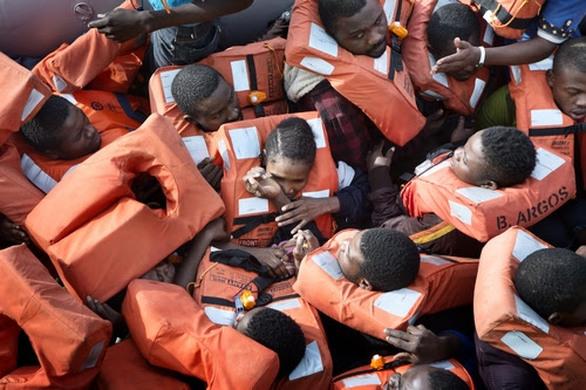 Πρόσφυγες διασώζονται από το πλοίο Bourbon Argos στη Μεσόγειο, Νοέμβριος 2015 ©Alessandro Penso