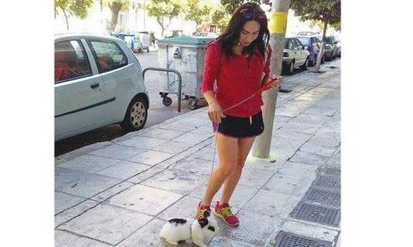 Η Μίνα Ορφανού βγάζει βόλτα το... κουνέλι της (pic)