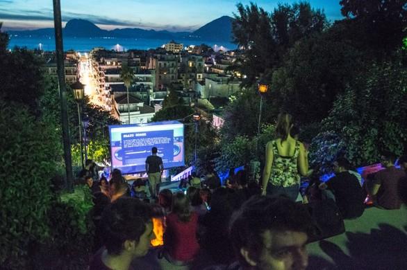 Το υπαίθριο σινεμά στις Σκάλες της Αγίου Νικολάου είναι έρωτας! (pics)