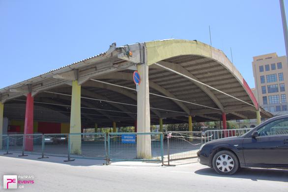 Πάτρα: Τσιμέντο, σίδερο και ένα σκέπαστρο έτοιμο να γείρει στο παλαιό λιμάνι (pics)