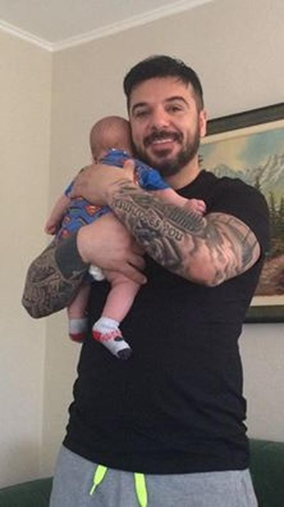 Κρατώντας τον γιο του αγκαλιά υποδέχτηκε τον νέο μήνα ο Τριαντάφυλλος (pic)