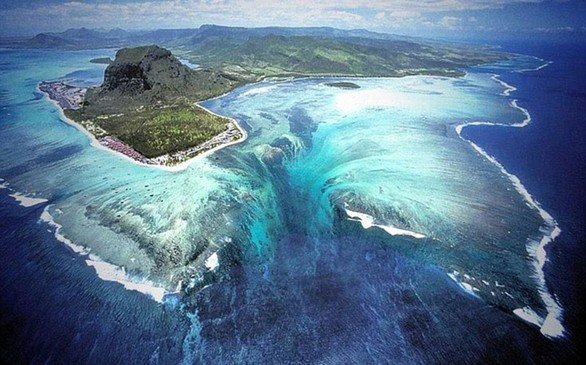 Μπορεί να μοιάζει να υπάρχει μια υποβρύχια δίνη στα ανοιχτά του Μαυρίκιου, στον Ινδικό Ωκεανό, αλλά στην πραγματικότητα είναι οφθαλμαπάτη που προκαλείται από τη συσσώρευση άμμου και λάσπης.