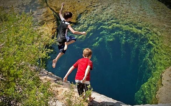 Η βουτιά στην άβυσσο, όπως μοιάζει η φωτογραφία αυτή, είναι μια βουτιά στα κρυστάλλινα νερά του Jacob's Well στο Τέξας που έχει βάθος εννέα μέτρων.